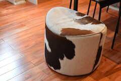 牛柄の回転スツール。(2017-06-28,共用部,LIVINGROOM,2F)