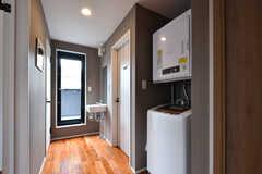廊下に設置された洗濯機の様子。奥には洗面台とベランダがあります。(2017-06-28,共用部,LAUNDRY,2F)