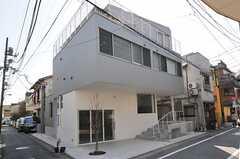建物の外観。店舗部分は2014年5月にOPENの予定です。(2014-03-25,共用部,OUTLOOK,1F)