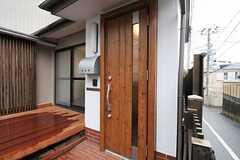 シェアハウスの正面玄関。カメラ付きのインターホンもあります。(2011-03-22,周辺環境,ENTRANCE,1F)