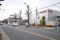 最寄りのスーパーまでは徒歩2分です。(2014-02-03,共用部,ENVIRONMENT,1F)