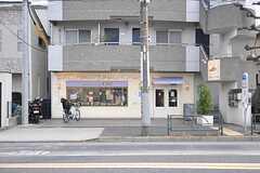 最寄りのスーパーの向かいにあるベーカリー「BREAD PLANT OZ」。(2014-02-03,共用部,ENVIRONMENT,1F)
