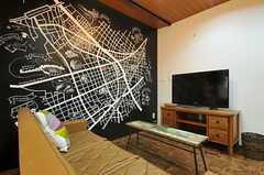 壁の一面には周辺のマップが描かれています。(2014-03-14,共用部,LIVINGROOM,1F)
