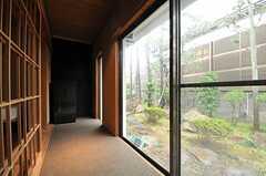 掃き出し窓からは庭に出られます。(103号室)(2014-03-14,専有部,ROOM,1F)