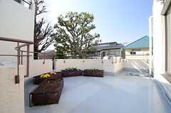 ベランダの様子2。2階は全ての部屋からベランダに出られます。プランターを並べて、菜園ができるようになっています。(2014-03-14,共用部,OTHER,2F)