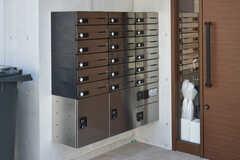 郵便受けは鍵付きで、専有部ごとに分かれています。郵便受けの下部には、宅配BOXが設置されています。(2018-07-20,周辺環境,ENTRANCE,1F)