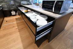 収納棚の様子2。共用の食器がたっぷりと収納されています。(2018-07-20,共用部,KITCHEN,1F)