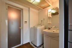 バスルームの手前には洗面台と洗濯機が設置されています。(2016-09-30,共用部,LAUNDRY,1F)