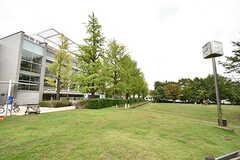 徒歩5分ほどの場所にあるめぐろパーシモンホール。図書館も併設しています。(2016-09-30,共用部,ENVIRONMENT,1F)