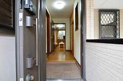 玄関から見た内部の様子。正面にリビングがあります。(2015-01-27,周辺環境,ENTRANCE,1F)