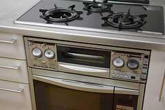 ガスコンロは3口です。オーブンもあります。(2015-01-27,共用部,KITCHEN,1F)