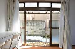 掃出窓からは庭に出られます。(101号室)(2014-12-15,専有部,ROOM,1F)