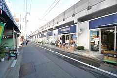 東急東横線・都立大学駅からシェアハウスへ向かう道の様子。高架下にお店が連なります。(2014-12-15,共用部,ENVIRONMENT,1F)