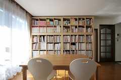 リビングの様子2。大きな本棚があります。(2011-10-28,共用部,LIVINGROOM,1F)