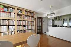 リビングの様子3。奥にはキッチンがあります。(2011-10-28,共用部,LIVINGROOM,1F)