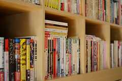 本棚には、さまざまなジャンルの本が並んでいます。(2011-10-28,共用部,LIVINGROOM,1F)