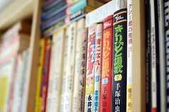 手塚治虫など、漫画も並んでいたり。(2011-10-28,共用部,LIVINGROOM,1F)