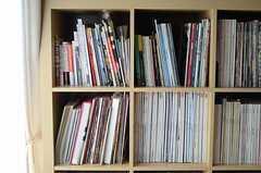 ファッション雑誌に美術本、それもかなりの年代物がずらり。(2011-10-28,共用部,LIVINGROOM,1F)