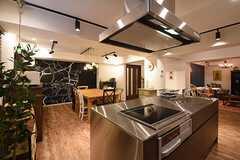 キッチン側から見たダイニングの様子。奥にダイニングテーブルが設置されています。(2016-09-02,共用部,LIVINGROOM,1F)