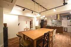 ダイニングテーブルの様子2。奥がキッチンです。(2016-09-02,共用部,LIVINGROOM,1F)