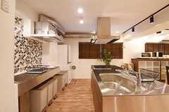 キッチンの様子。シンクが2つ、IHクッキングヒーターが2つ設置されています。(2016-09-02,共用部,KITCHEN,1F)