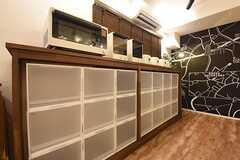 収納棚の様子。収納棚の上にはキッチン家電が並んでいます。(2016-09-02,共用部,KITCHEN,1F)