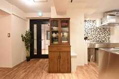 キッチン脇には食器棚が設置されています。(2016-09-02,共用部,KITCHEN,1F)