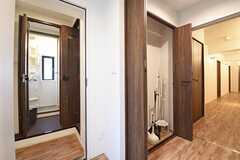 廊下の様子。左手からバスルーム、掃除用具入れです。(2016-09-02,共用部,OTHER,2F)