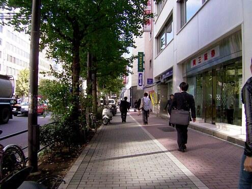 虎ノ門駅からシェアハウスへ向かう道の様子
