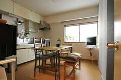 リビングの様子。キッチンと一体となっています。可愛らしいベンチも置かれています。(2012-11-22,共用部,LIVINGROOM,3F)