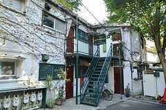 シェアハウスの外観。部屋ごとに独立したキッチンとバスルームなどの水廻り設備が付いています。(2012-09-13,共用部,OUTLOOK,1F)