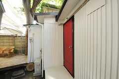 共用リビングのドアは、赤く塗られています。(2012-09-13,周辺環境,ENTRANCE,1F)