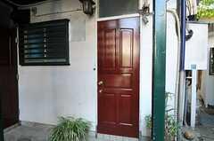 玄関の様子。(101号室)(2012-09-13,周辺環境,ENTRANCE,1F)