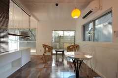 専有部の様子。ブラインドで空間が仕切られていて、奥がベッドルームです。掃出窓からはテラスに出られます。(101号室)(2012-09-13,専有部,ROOM,1F)