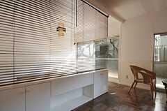 ブラインドを降ろすと、専有部の雰囲気も変わります。(101号室)(2012-09-13,専有部,ROOM,1F)