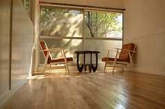 窓際のテーブルセット。(102号室)(2012-09-13,専有部,ROOM,1F)