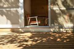 テラスから見た専有部の様子。(102号室)(2012-09-13,専有部,ROOM,1F)