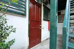 玄関ドアの様子。(103号室)(2012-09-13,周辺環境,ENTRANCE,1F)