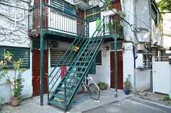 外階段の様子。レトロです。(2012-09-13,共用部,OTHER,1F)