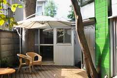 パラソルは吊り下げ式。共用のリビングと併せて、気持ちのよい木陰スペースとなりそうです。(2012-10-05,共用部,OUTLOOK,1F)