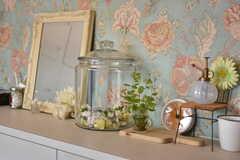 玄関に飾られた小物の様子。壁紙は花柄です。(2018-02-09,共用部,OTHER,1F)