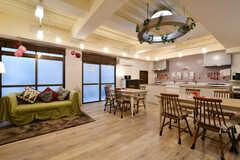 ラウンジの様子。ソファとカウンターテーブルが設置されています。(2018-02-09,共用部,LIVINGROOM,1F)