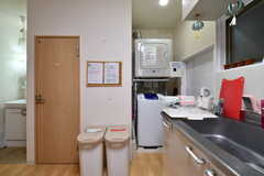 シンク脇には、洗濯機と乾燥機が設置されています。(2018-02-09,共用部,KITCHEN,1F)