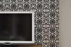 正面の壁にはシャンデリアのような模様の壁紙が貼られています。(2012-05-31,共用部,LIVINGROOM,26F)