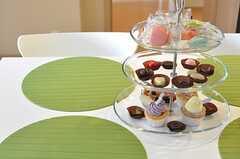 ダイニングテーブルの上にはケーキプレート。かわいいケーキが似合います。(2012-05-31,共用部,LIVINGROOM,26F)