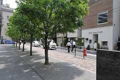 マンションの周辺にはカフェや和食やさんが並んでいます。(2012-05-31,共用部,ENVIRONMENT,1F)