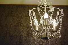 玄関の照明はシャンデリア。(2014-11-29,周辺環境,ENTRANCE,1F)