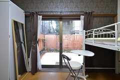 窓から庭に出られます。(102号室)(2014-11-29,専有部,ROOM,1F)