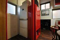 冷蔵庫は赤い収納棚の裏にあります。(2013-12-11,共用部,KITCHEN,1F)