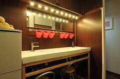洗面スペースの様子2。ライトが特徴的です。(2013-12-11,共用部,OTHER,1F)